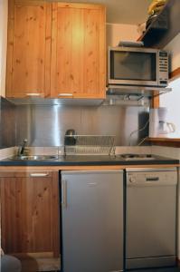 A kitchen or kitchenette at Les Melezets 1