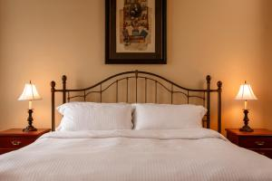 A bed or beds in a room at Auberge du Vieux Port