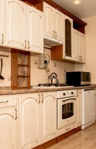 Кухня или мини-кухня в Трехкомнатные апартаменты на Гоголя