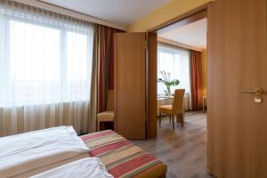 Ein Bett oder Betten in einem Zimmer der Unterkunft relexa hotel Stuttgarter Hof