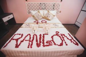 Cama o camas de una habitación en Rangoon 40 Hotel