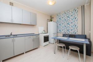 Кухня или мини-кухня в Apartment Oktyabrskoy Rev. 45
