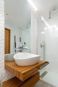 A bathroom at The Explorer's Home | Sunny. Central. Free Parking