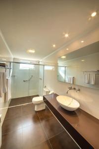 A bathroom at Grande Hotel Canela