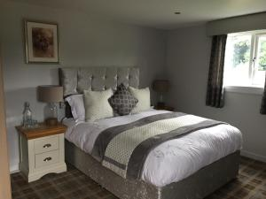 A bed or beds in a room at Scottish Equi B&B