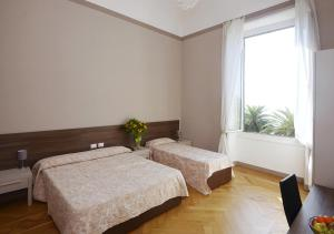 A bed or beds in a room at Hotel Mediterranee