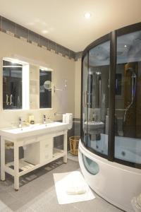 حمام في فندق ذا بنتهاوس سويتس
