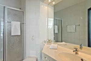 A bathroom at Days Inn Dessau