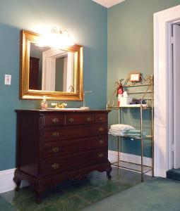 A bathroom at Strickland Arms Bed and Breakfast