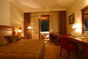 Кровать или кровати в номере Гранд Отель Поляна