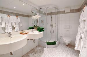 A bathroom at Parkhotel Diani