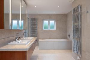 A bathroom at Deslumbrante V6