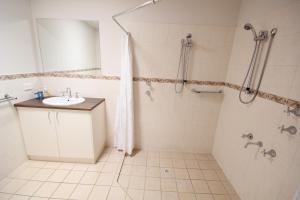 A bathroom at Port Vincent Motel & Apartments