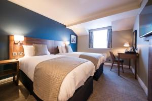 A bed or beds in a room at Innkeeper's Lodge Hull, Willerby