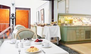 Un restaurante o sitio para comer en Living Hotel Großer Kurfürst