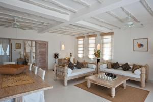 Uma área de estar em Medina Palms