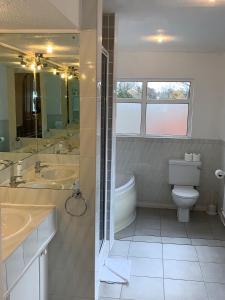 A bathroom at Lyndricks House