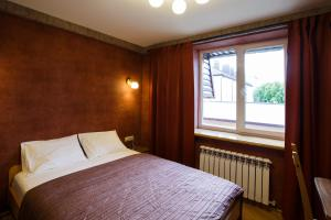 Кровать или кровати в номере Парисон