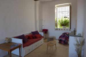 A seating area at Beau T2 Historique-Panier/Vieux Port-60m2 avec Vue