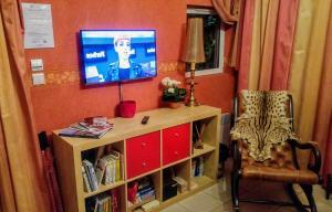 Télévision ou salle de divertissement dans l'établissement Le Relais de Montchat