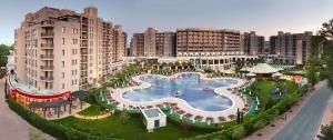 Изглед към басейн в ROYAL BEACH HOTEL apartment или наблизо