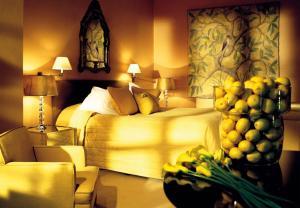 A bed or beds in a room at Le Manoir aux Quat'Saisons, A Belmond Hotel, Oxfordshire