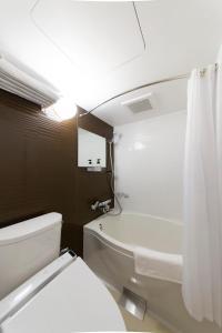 A bathroom at HOTEL HILLARYS Shinsaibashi