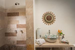 A bathroom at Palacio Manco Capac by Ananay Hotels