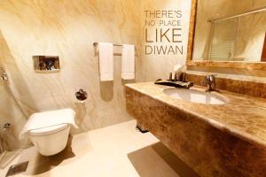 A bathroom at Diwan Residence Hotel- Alsalamah