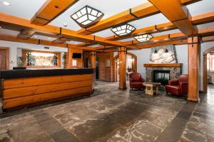 The lobby or reception area at Lodge de la Montagne