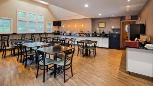 A restaurant or other place to eat at Best Western Plus Cold Spring