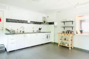 Ett kök eller pentry på First Camp Bredsand-Enköping