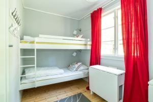 Våningssäng eller våningssängar i ett rum på First Camp Bredsand-Enköping