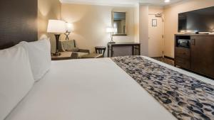 A bed or beds in a room at Best Western Danville Sycamore Inn