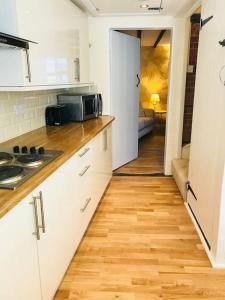 A kitchen or kitchenette at Wisteria Cottage