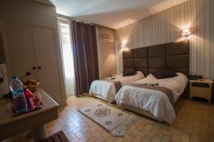 A bed or beds in a room at Hotel De La Paix