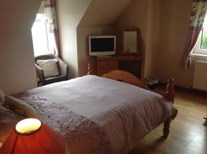 A bed or beds in a room at Beachview Cottage Co. Antrim
