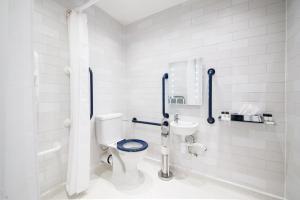 A bathroom at Innkeeper's Lodge Birmingham - West , Quinton