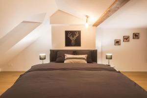 A bed or beds in a room at Hirschenplatz Apartments