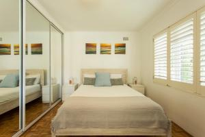A bed or beds in a room at Bondi Beachside Apartment