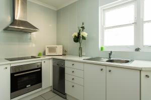 A kitchen or kitchenette at Bondi Beachside Apartment