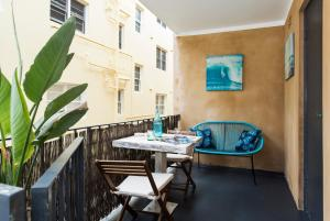 A restaurant or other place to eat at Bondi Beachside Apartment