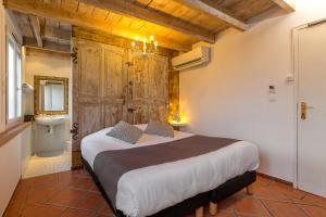 Un ou plusieurs lits dans un hébergement de l'établissement The Originals Boutique, Clair Hôtel, Martigues (Inter-Hotel)