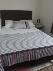 A bed or beds in a room at Apartamento Confortável Criciuma
