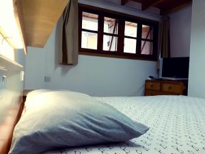 A bed or beds in a room at Mountain Charm