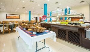Een restaurant of ander eetgelegenheid bij Blue Sea Apartamentos Costa Teguise Gardens