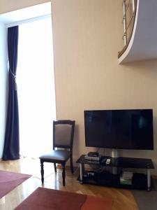 Uma TV ou centro de entretenimento em Apartment in the Centre 01