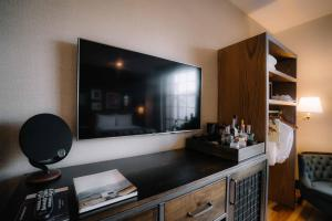 A kitchen or kitchenette at The Ramble Hotel