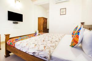 A bed or beds in a room at Hotel Raj Kothi Jaipur airport
