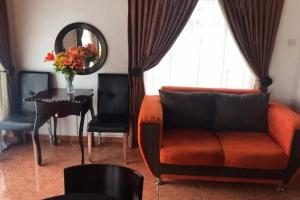 A seating area at Overflow Guest House
